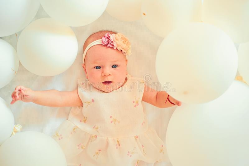 Está hacia fuera el bebé futuro Pequeña muchacha Feliz cumpleaños Pequeño bebé dulce Nuevos vida y nacimiento Retrato del pequeño foto de archivo