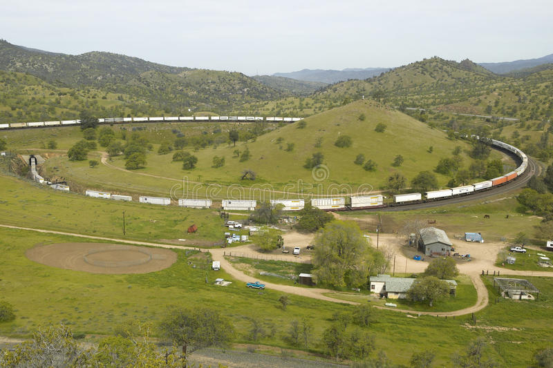 Está la ubicación el lazo del tren de Tehachapi cerca de Tehachapi California histórica del ferrocarril pacífico meridional donde foto de archivo libre de regalías