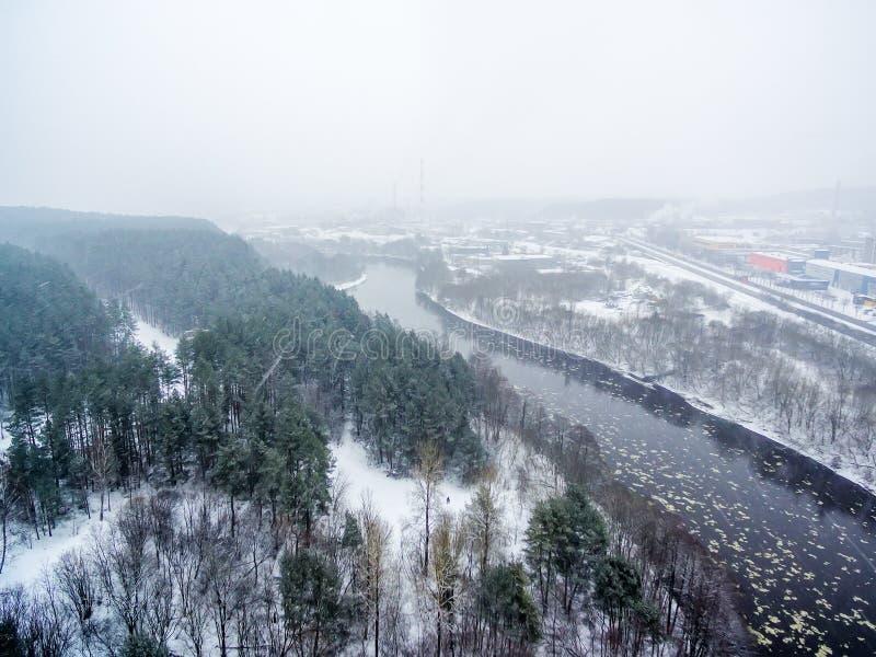 Está nevando em Vilnius, Lituânia, vista superior aérea do rio de Neris fotos de stock