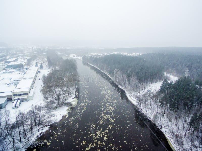 Está nevando em Vilnius, Lituânia, vista superior aérea do rio de Neris fotos de stock royalty free