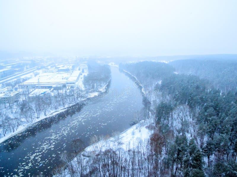 Está nevando em Vilnius, Lituânia, vista superior aérea do rio de Neris imagem de stock