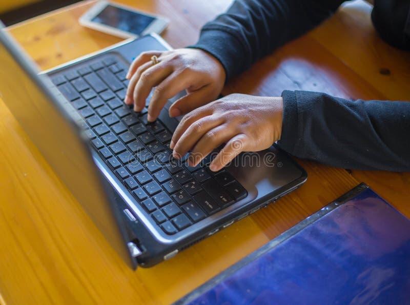 Está trabalhando em um negócio de uma comunicação do computador imagens de stock