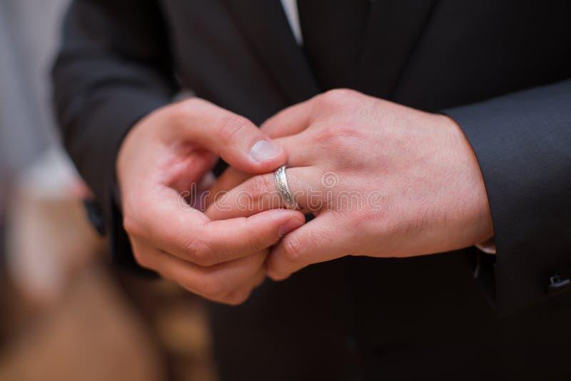 Está vestindo um anel em sua casa e está preparando-se para um casamento fotografia de stock