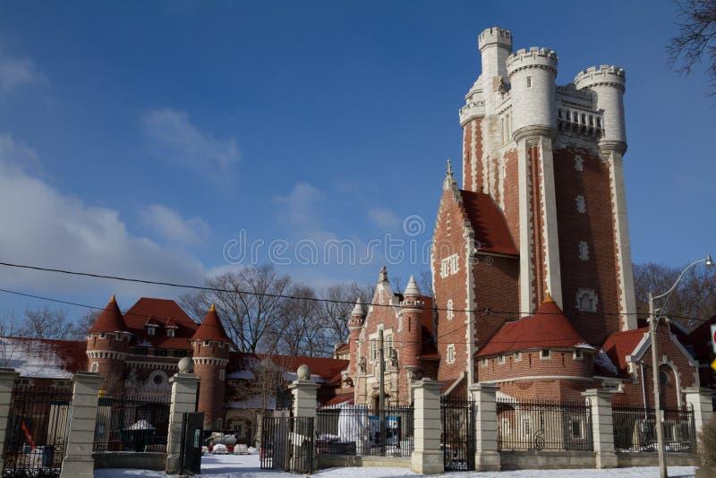 Estábulos da casa LOMA e alojamento de caça perto do castelo principal foto de stock royalty free