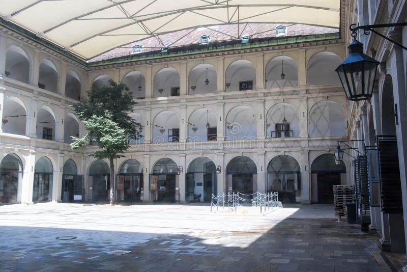Estábulos na escola de equitação espanhola fotos de stock royalty free