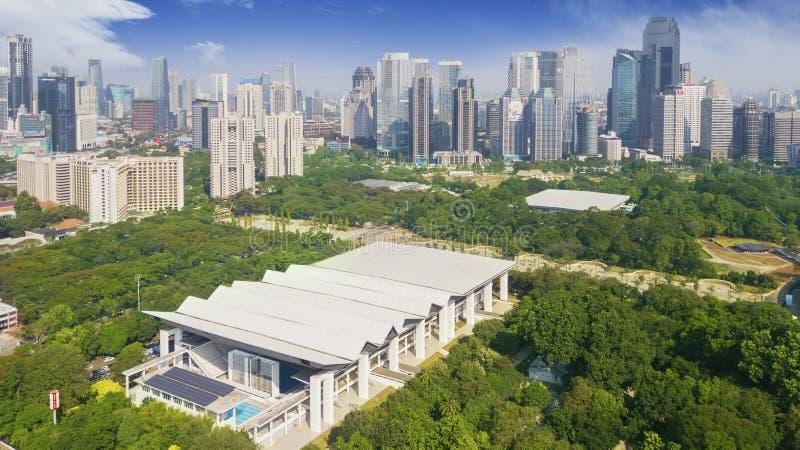 Estádio aquático com os arranha-céus em Jakarta foto de stock