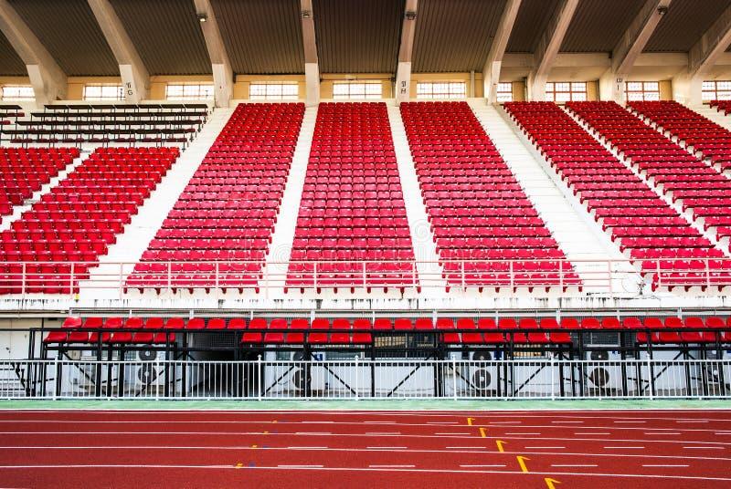 Estádio com assentos vermelhos e pista de atletismo vermelha. fotografia de stock