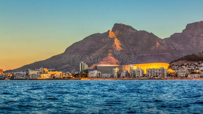 Estádio de Cape Town com a montanha do tampo da mesa no por do sol fotos de stock royalty free