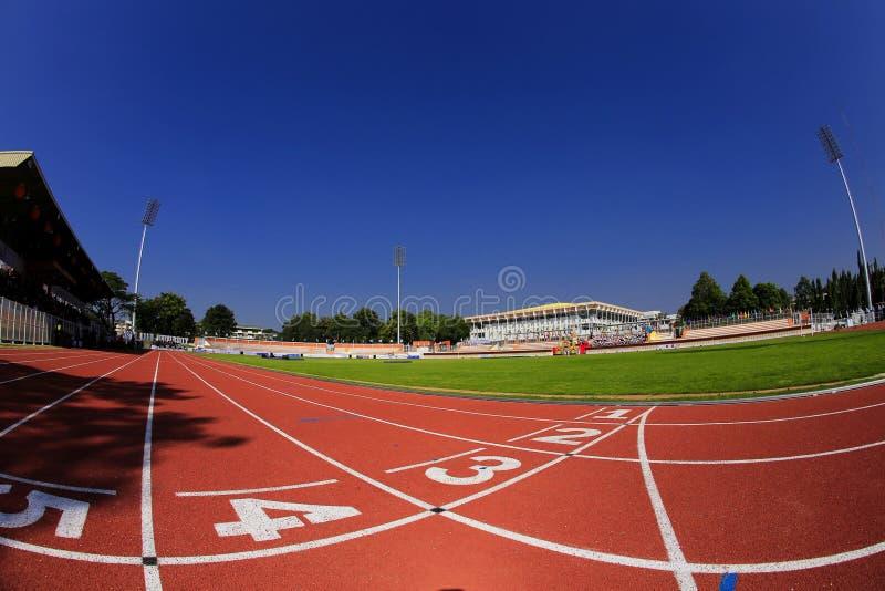 Estádio de futebol do nível universitário com pista fotografia de stock royalty free