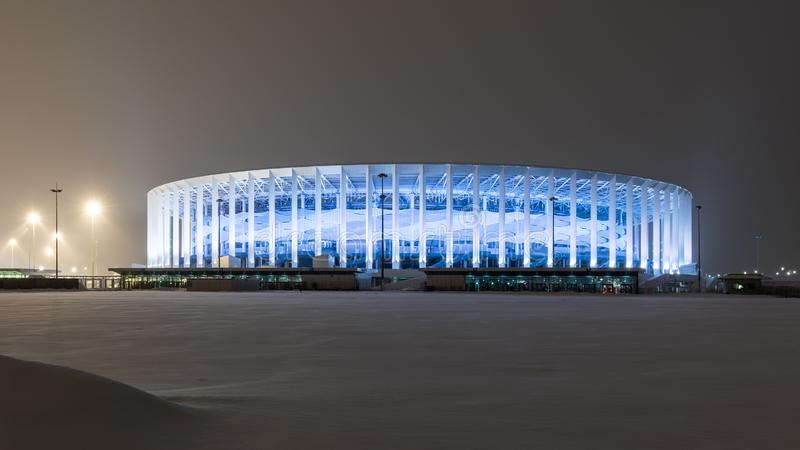 Estádio de futebol em Nizhny Novgorod no inverno Uma facilidade de esportes moderna com iluminação da noite fotos de stock royalty free
