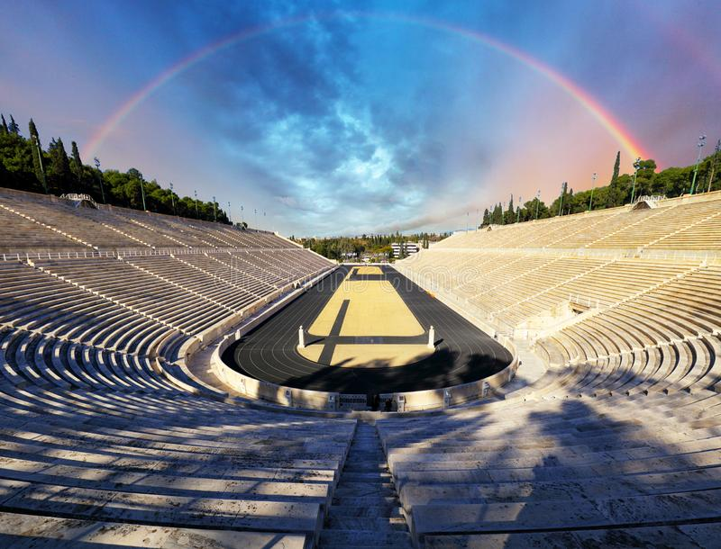 Estádio de Panathenaic em Atenas com arco-íris, Grécia imagens de stock