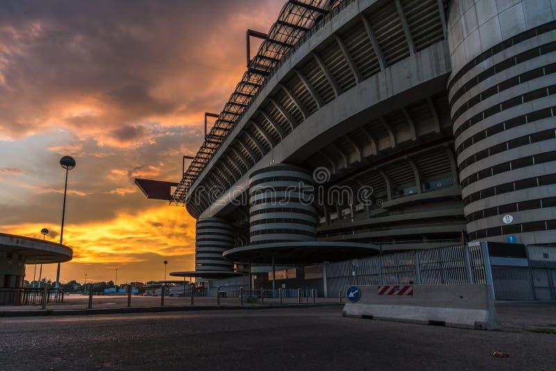 Estádio de San Siro de Milão e de bilheteira no por do sol fotografia de stock