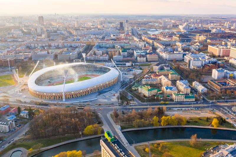Estádio Dinamo dos esportes cercado pelo rio e pelas construções imagem de stock