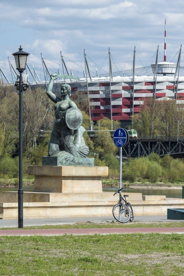 Estádio e estátua nacionais da sereia em Varsóvia, Polônia imagens de stock royalty free