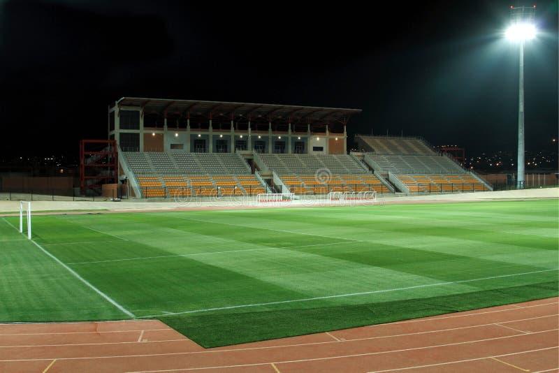 Estádio iluminado por holofotes dos esportes fotografia de stock