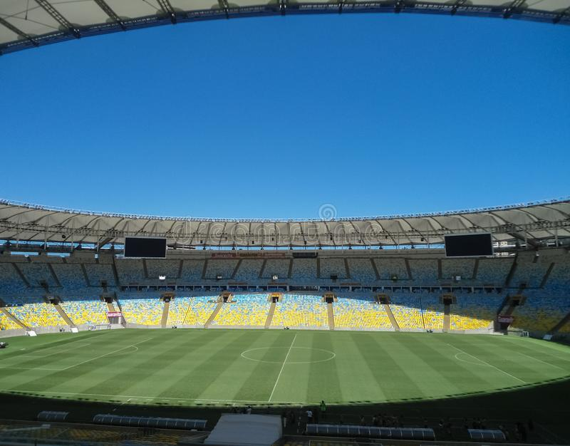 Estádio majestoso de Maracana com detalhe brilhante de campo de ação verde e de dia azul imagens de stock