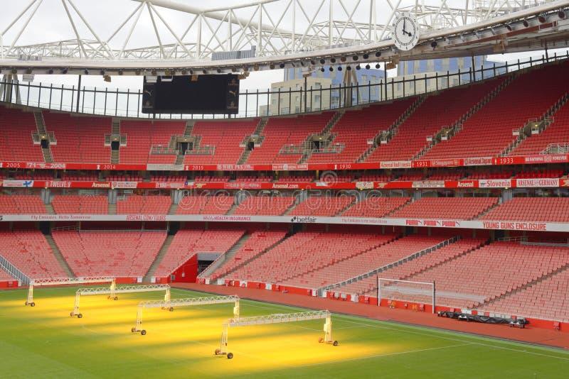 Estádio vazio dos esportes com assentos vermelhos imagens de stock royalty free