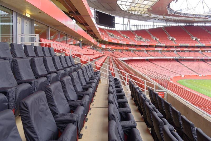 Estádio vazio dos esportes com assentos vermelhos fotos de stock