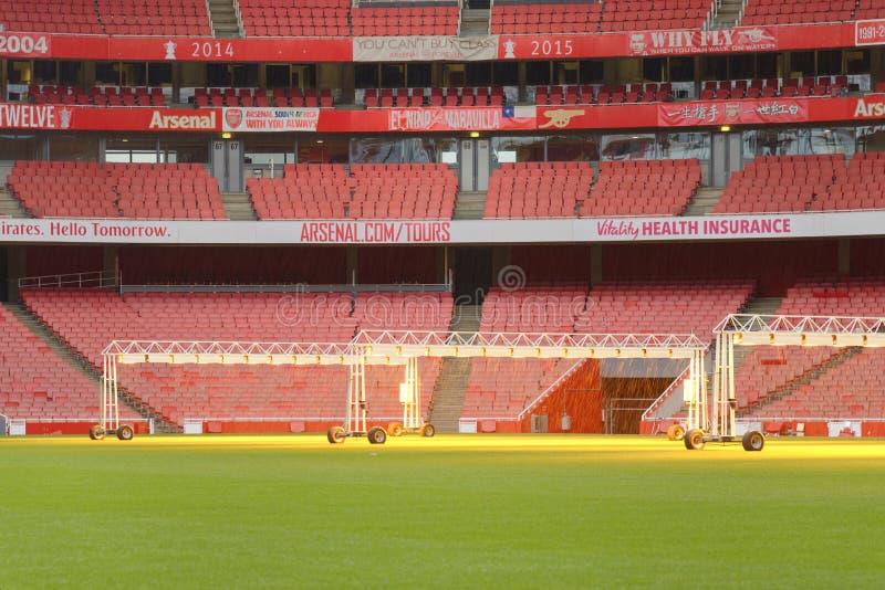 Estádio vazio dos esportes com assentos vermelhos fotos de stock royalty free