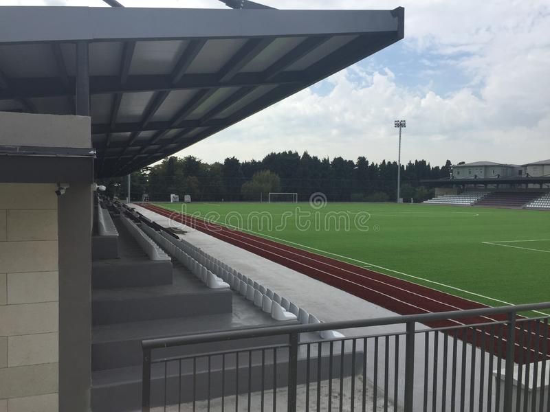 Estádio vazio pequeno com o bleacher para eventos de esportes amadores foto de stock