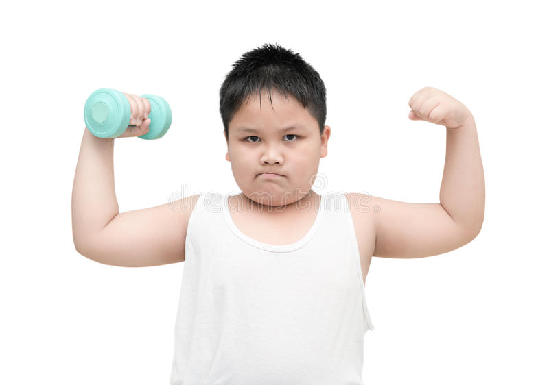 Están aislando al muchacho gordo obeso haciendo ejercicios con pesas de gimnasia imagenes de archivo