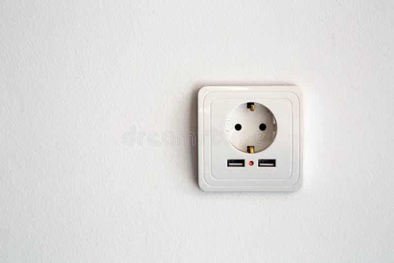 Estándar europeo universal del zócalo de poder 220 voltios con el usb de dos conectores fotos de archivo libres de regalías