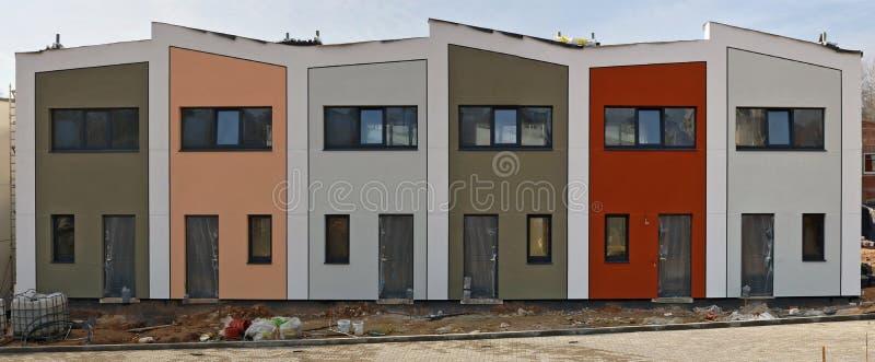 Estándar moderno ninguna construcción inacabada de las construcciones de viviendas del nombre en la colina imagenes de archivo
