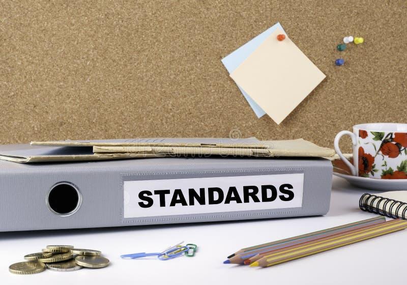 Estándares - carpeta en el escritorio de oficina blanco imágenes de archivo libres de regalías