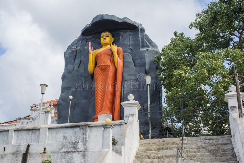 Estátua alaranjada enorme da Buda na jarda do templo imagens de stock