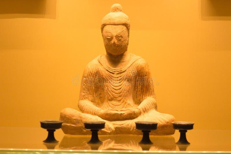 A estátua antiga da Buda do pensador é feita do material de pedra durável Tem dano de seu estado antigo foto de stock royalty free
