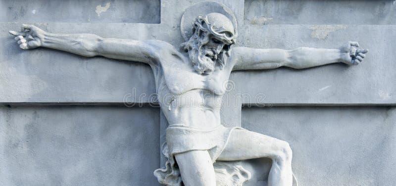 Estátua antiga da crucificação de Jesus Christ como um símbolo da ressurreição e a imortalidade da alma humana imagens de stock royalty free