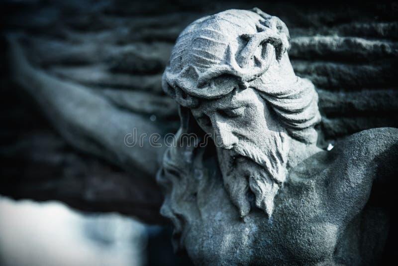 Estátua antiga da morte e da ressurreição de Jesus de Nazareth - Jesus Christ como um símbolo da vida eterna humana da alma fotografia de stock