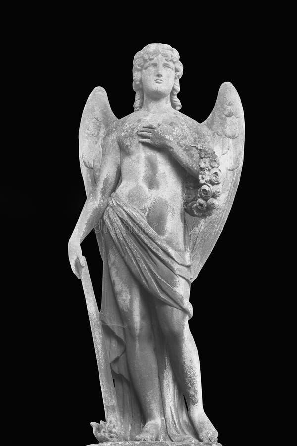 A estátua antiga de um anjo abaixou a tocha extinta para baixo como o símbolo da morte e o fim da vida humana fotografia de stock