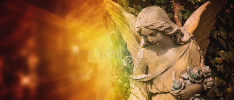 Estátua antiga do anjo da guarda na luz solar imagens de stock