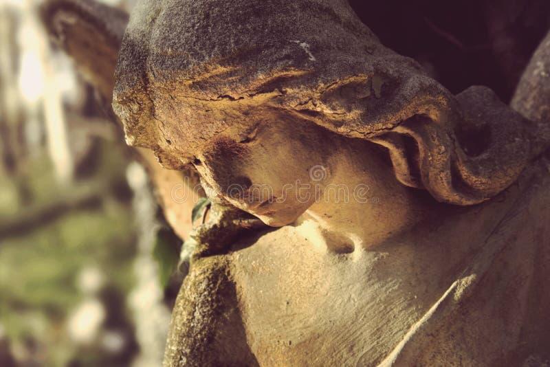 Estátua antiga do anjo no vintage da imagem da luz solar denominado imagens de stock royalty free