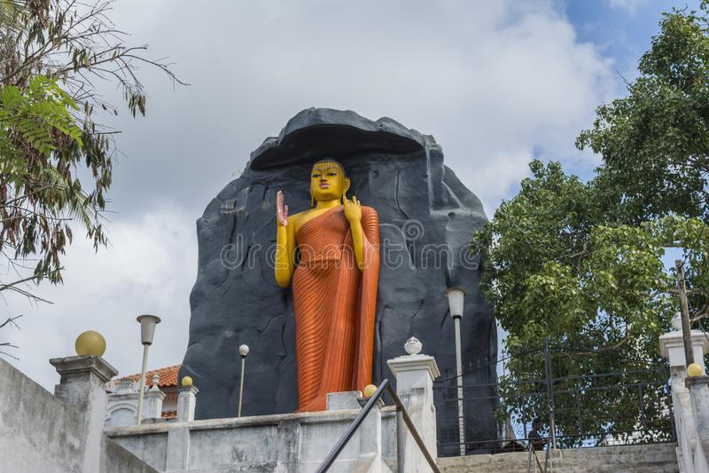 Estátua antiga enorme da Buda na jarda do templo imagem de stock