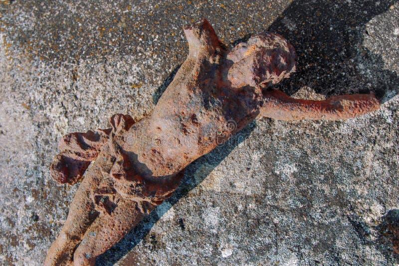 Estátua antiga parcialmente destruída da crucificação da opinião de Jesus Christ Top imagens de stock