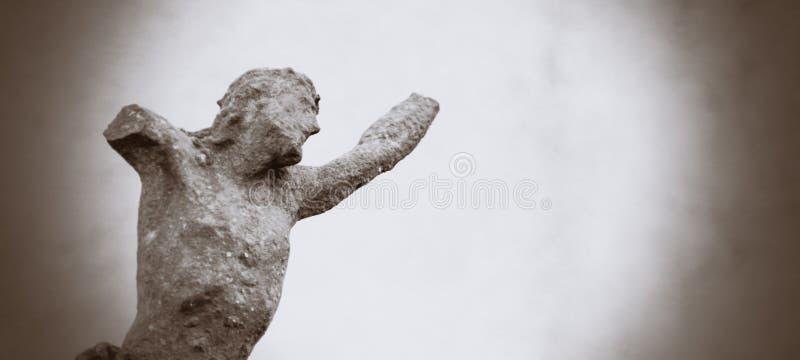 Estátua antiga parcialmente destruída do ferro da crucificação de Jesus Christ imagens de stock