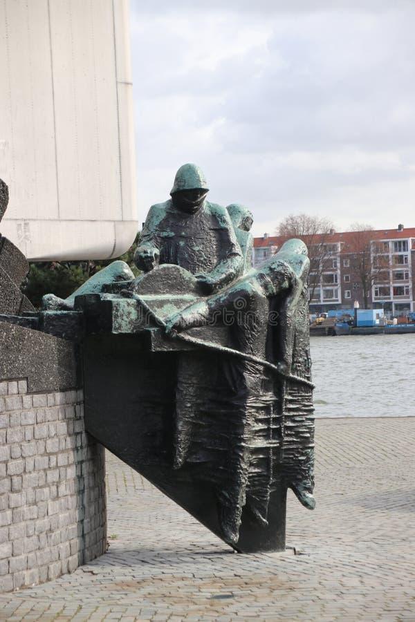 Estátua ao lado do rio Nieuwe Maas, em Roterdão, para lembrar todos os marinheiros mortos durante a guerra mundial 2 imagens de stock royalty free