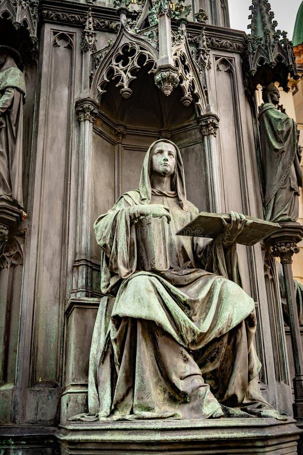Estátua assentada na base da estátua de bronze do rei checo Charles Iv In Prague, República Checa fotografia de stock royalty free