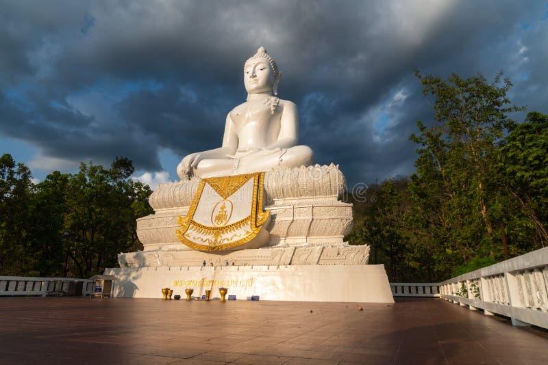 Estátua branca da Buda em Pai, Tailândia imagem de stock