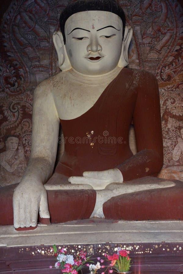 Estátua branca de buddha imagens de stock royalty free