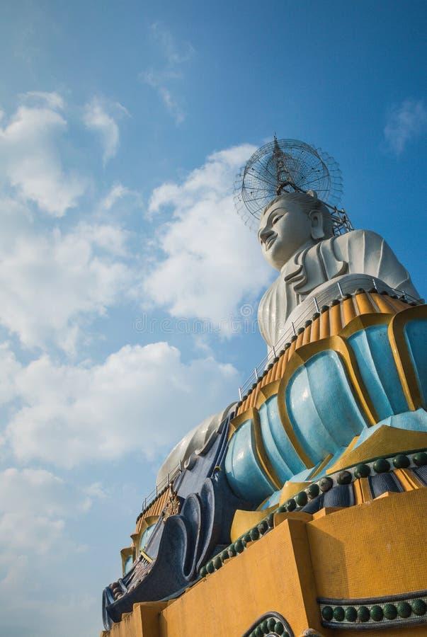 Estátua branca de buddha imagem de stock
