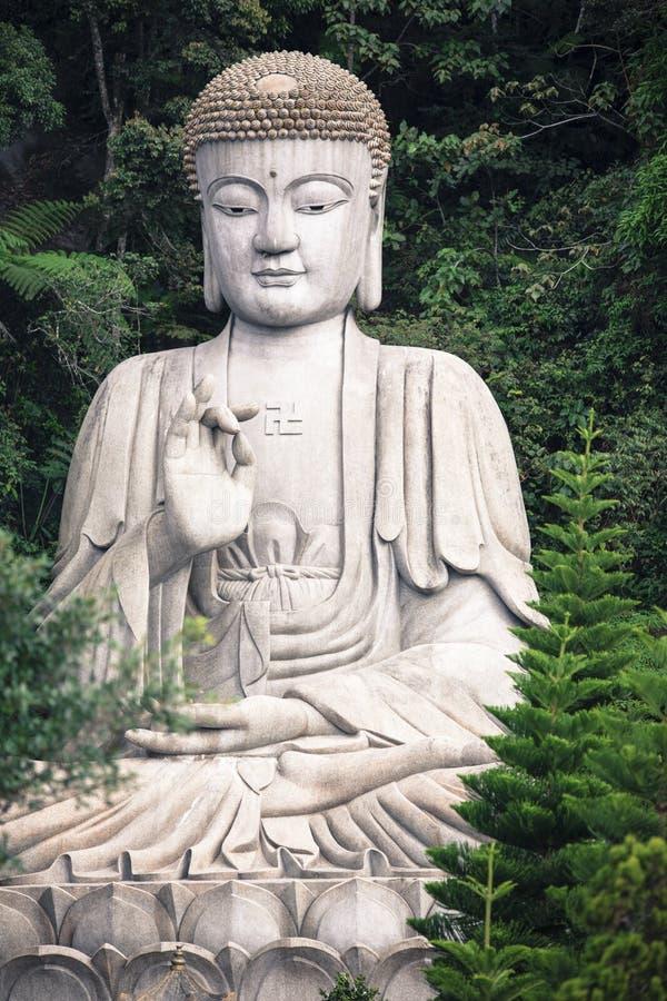 Estátua branca gigante de buddha no templo de Chin Swee perto das montanhas Malásia de Genting imagem de stock