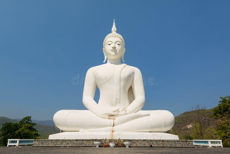 Estátua branca grande de buddha imagem de stock
