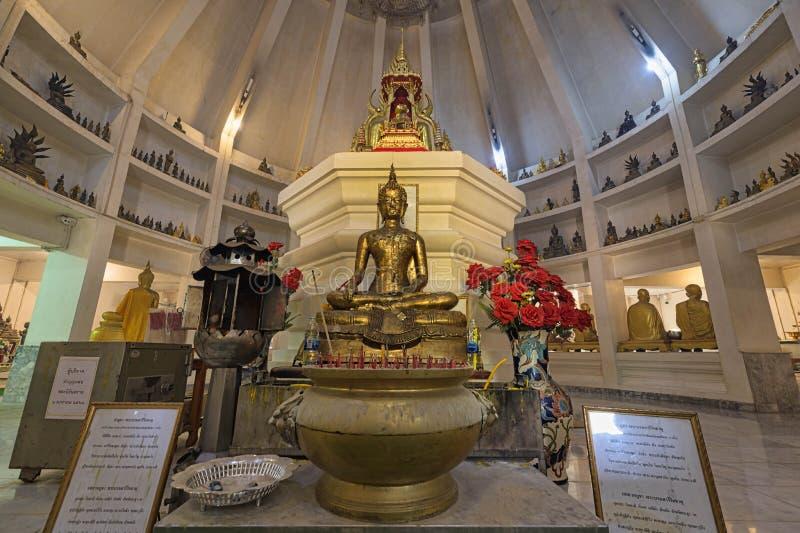 Estátua Buda dentro da Pagoda Dourada em Wat Pho Yai, Chachoengsao, Tailândia fotos de stock royalty free