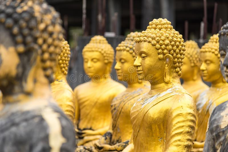 estátua buda no templo tailandês imagens de stock