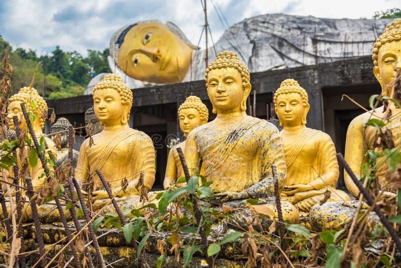 estátua buda no templo tailandês fotografia de stock