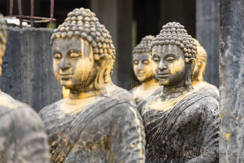 estátua buda no templo tailandês fotografia de stock royalty free