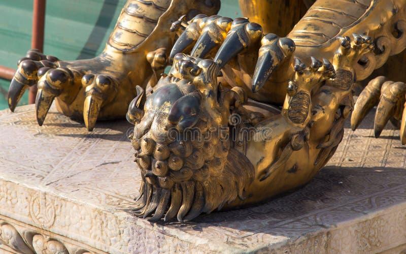 Estátua chinesa de bronze do dragão na Cidade Proibida. Pequim, China fotografia de stock